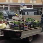 Frukt- och grönsaksförsäljning utanför matbutiken