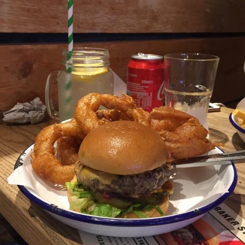 Tribute Burger med lökringar