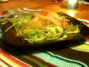 förrätt med gravad lax, citronmarinerad ädelost, äpple och saltgurka