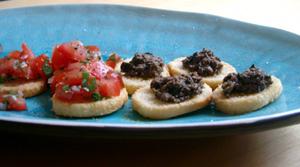 Crostinis med tapenade och tomat och basilika