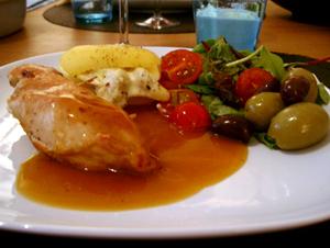 Kycklingfilé med soltorkade tomater och ricotta, kronärtskockspotatis och rosmarinsås