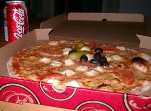 Fårostpizza - fårost, fefferoni, färska tomater och oliver