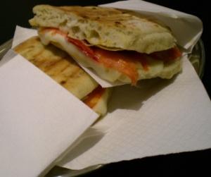 Focaccia med salami och kronärtskockor