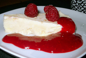 Cheesecake och hallonsås