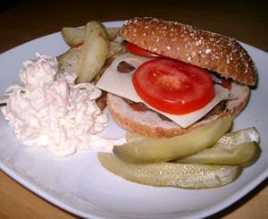 Hemlagad hamburgare med klyftpotatis och cole slaw