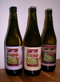 Helenas tre äppelmustflaskor från www.kullamust.se; original, kanel och svartvinbär