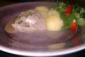 Köttfärslimpa med skysås och kokt potatis