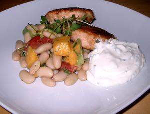 Fiskbiffar, bönsalsa och örtsås