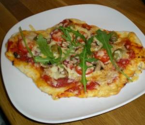 Färdigbakad pizza med salami, champinjoner, grekiska finoliver och ruccola