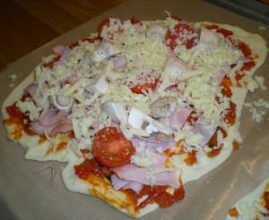 Pizza med skinka, champinjoner och färska tomater