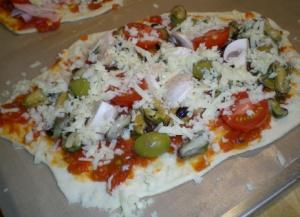 Pizza med musslor, champinjoner, färska tomater och grekiska finoliver