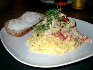 Pasta med kronärtskockor och kräftstjärtar