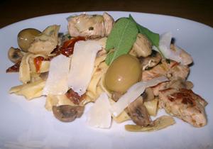Kycklingpasta med kronärtskockor och salvia