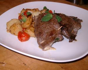 Ost- & senapsfylld lövbiff med ugnsbakad potatis och tomat