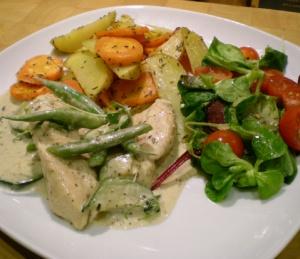 Kycklingfiléer med smaksatt creme fraiche och grönsaker