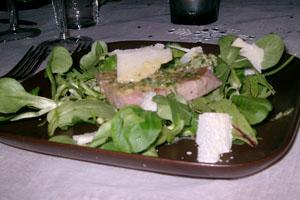 Halstrad tonfisk på salladsbädd med parmesan- och citrondressing