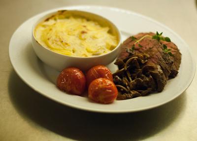 Helstekt oxfilé, potatisgratäng, trattkantarellsky och stekta tomater. Foto: Micke Koark