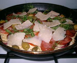 Omelett med kryddkorv, parmesan och ärtskott