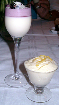 Citronfromage och vit chokladpannacotta med björnbärsmousse