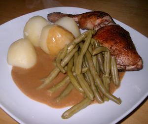 Kycklingklubbor, potatis, sås och haricot verts