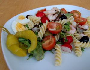 Sallad med pasta, räkor och rädisor