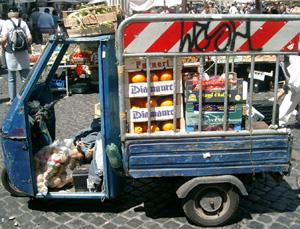 Liten bil med grönsaker och frukt