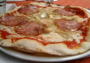 Pizza med salami och kronärtskocka