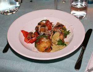 Kycklingfilé, ungsbakade grönsaker och salsa verde
