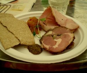 Hos Småland köpte jag tallriken Ängen och fick varmrökt kalkon, äpplechutney, lammstradivarius, senap och delikatessknäcke för 40 kr.Gott!