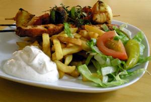 Kycklingspett, pommes och tzatziki