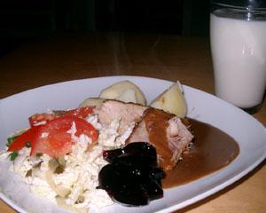 Skinkstek, sås, potatis, svartvinbärsgelé och sallad