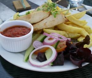 Kycklingspett med BBQ-sås och pommes