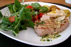 Grillad tonfisk med stekt basilikapotatis