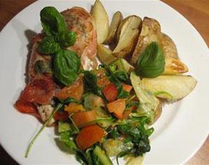 Linda och Jerkers Alla Hjärtans Dag-middag; parmalindad kycklingfilé med basilika, vitlök och ljummen tomatsallad
