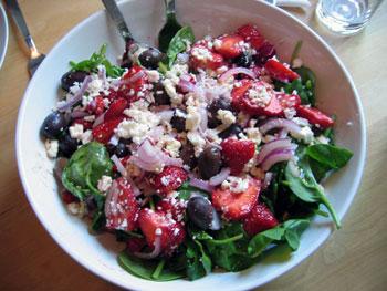 Jordgubbssallad med fetaost och oliver