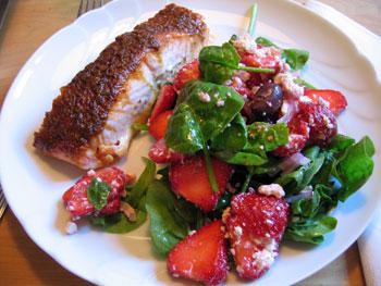 Muscovadogrillad lax med jordgubbssallad