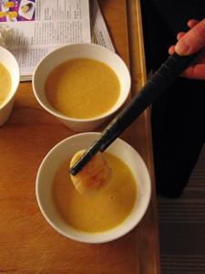 Här läggs sista handen vid soppan, i med pilgrimsmusslan!