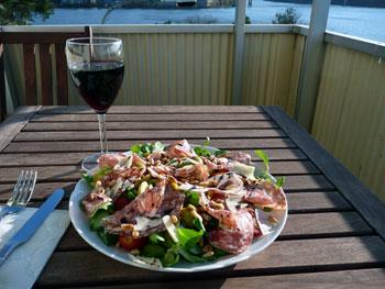 Sallad och vin på balkongen