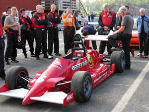 Lennart Bohlin håller genomgång inför provkörning av Formel 3-bilarna