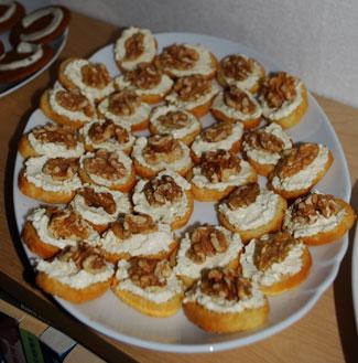 Crostini med cheddarröra och valnötter