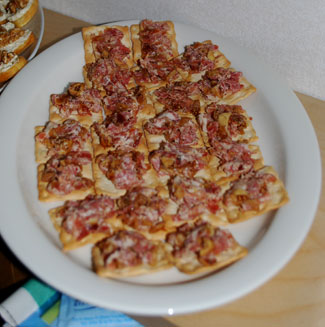 Dinkelkex med salami-, skink- och fikonröra