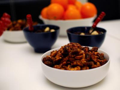 Nötter med lönnsirap och anchochili
