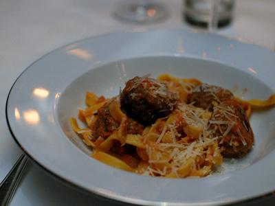 Frikadeller med färsk pasta i krämig tomatsås