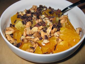 Apelsinsallad med riven choklad och hackade valnötter