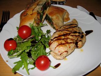 Kycklingfilé med filopaket och ruccola/parmesansallad