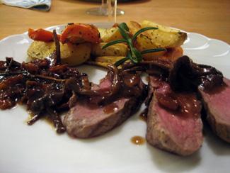 Lammytterfilé med rostade rotsaker och bacon- och trattkantarellsås