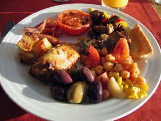 Grillad kyckling, bacon, korvar, omelette m.m.