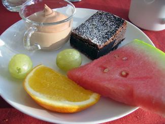 Chokladmousse, brownie och frukt