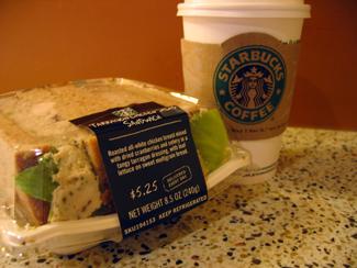 lunchmacka på Starbucks inne på Macys