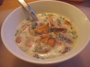 Matig soppa med kantareller och champinjoner